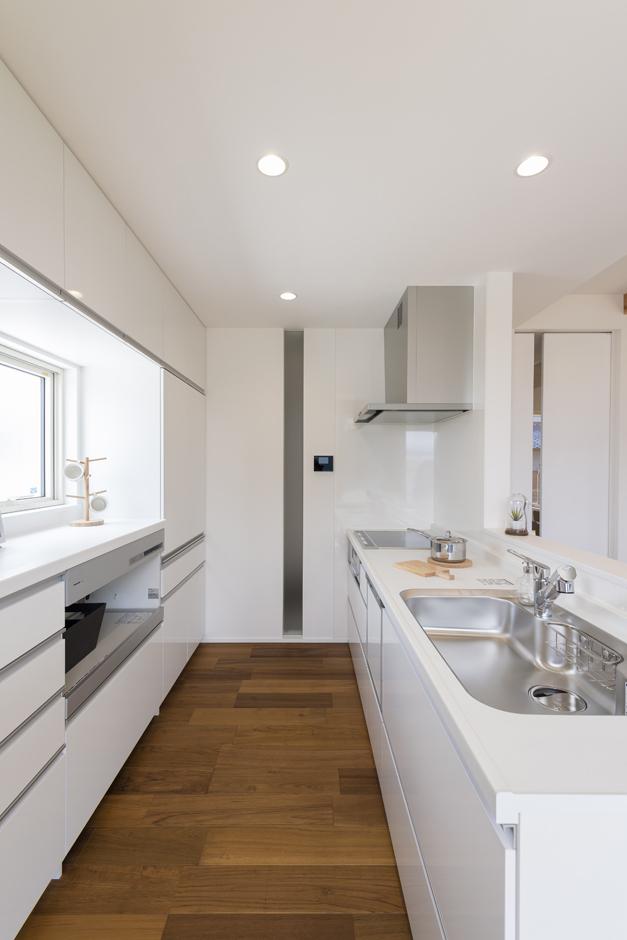 Um House(マル祐戸田建築)【Rational Box(ラショナル ボックス)】キッチンには収納スペースもたっぷり確保。室内全体を見渡せるので、子どもの様子を見守りながら作業ができる