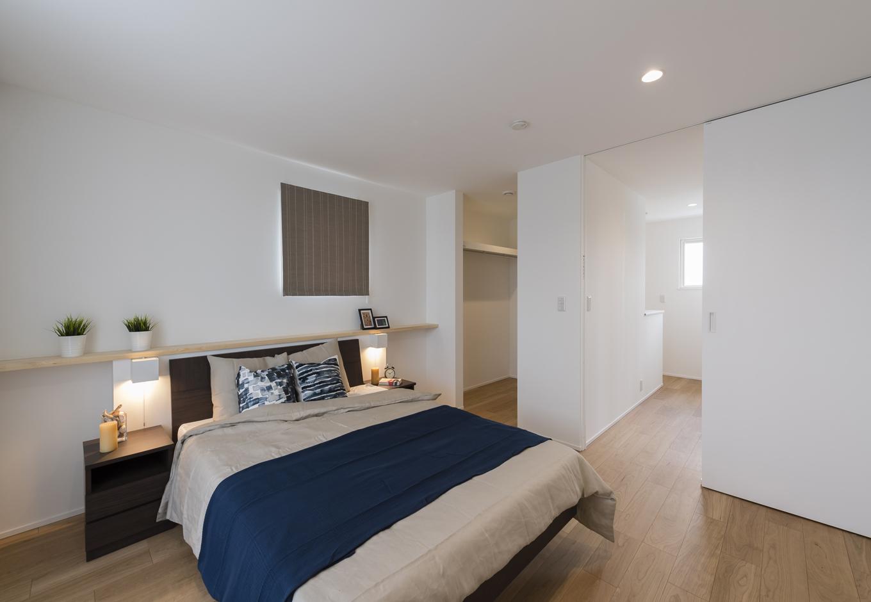 Um House(マル祐戸田建築)【Rational Box(ラショナル ボックス)】夫婦2人分の衣類がたっぷり収まるウォークインクローゼット付きの寝室。カウンターには小物やグリーンをさりげなく飾ってオシャレに