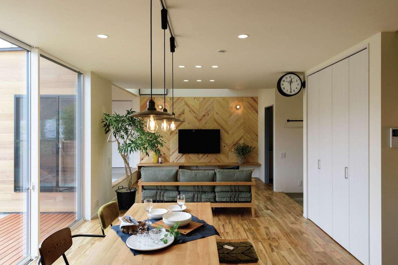 住家 ~JYU-KA~【デザイン住宅、子育て、間取り】室内コーディネートは開放的なカリフォルニアスタイルで。念願だったヘリンボーンのアクセントウォールも存在感たっぷり