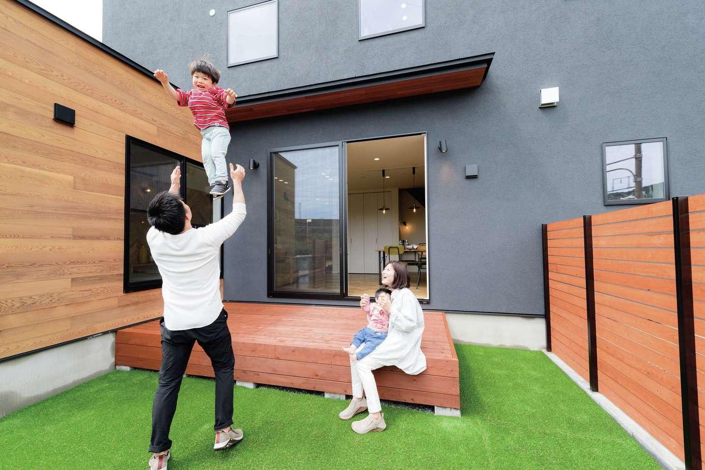 住家 ~JYU-KA~【デザイン住宅、子育て、間取り】子どもたちが大好きなウッドデッキの庭は、自然を感じるアウトドアリビング。友人たちを招いて、アパートではできなかったBBQも楽しみたい