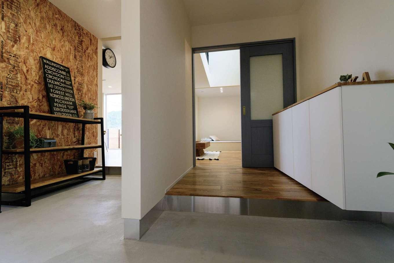 住家 ~JYU-KA~【デザイン住宅、子育て、間取り】土間収納は玄関からもリビングからも出入りできる動線に。OSBボードの壁にフックをつけてアウトドアグッズを飾れば、おしゃれなインテリアが完成!