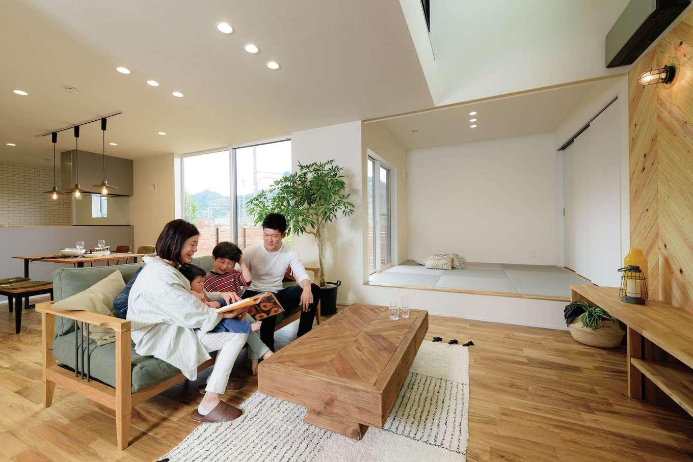 住家 ~JYU-KA~【デザイン住宅、子育て、間取り】オークの無垢材で仕上げられた床は、「ここで寝ころびたい」とご主人が思わず口にする心地よさ。大窓からの光と風がK邸をやさしく包み込む