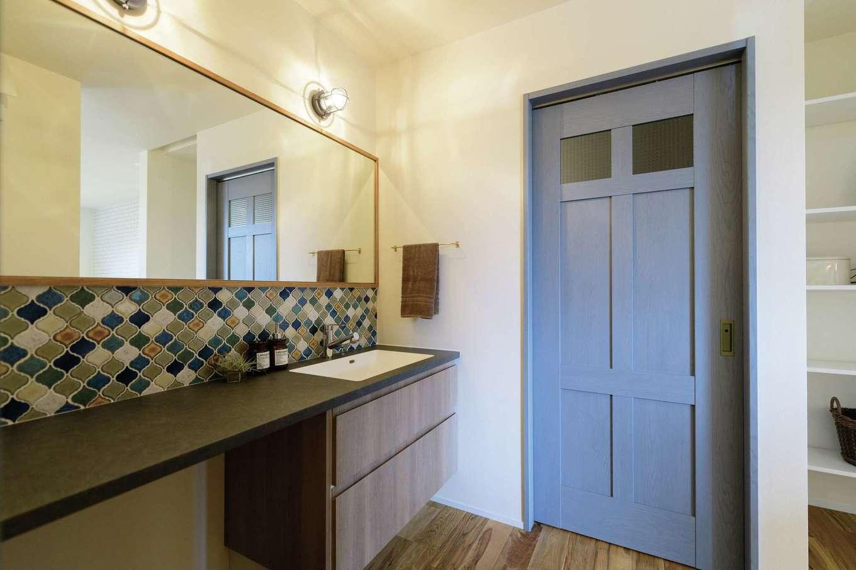 住家 ~JYU-KA~【デザイン住宅、子育て、間取り】広々とした造作洗面は、忙しい朝でも家族が並んで身支度できる。コラベルタイルとブルーグレーのドアで洗練された印象に