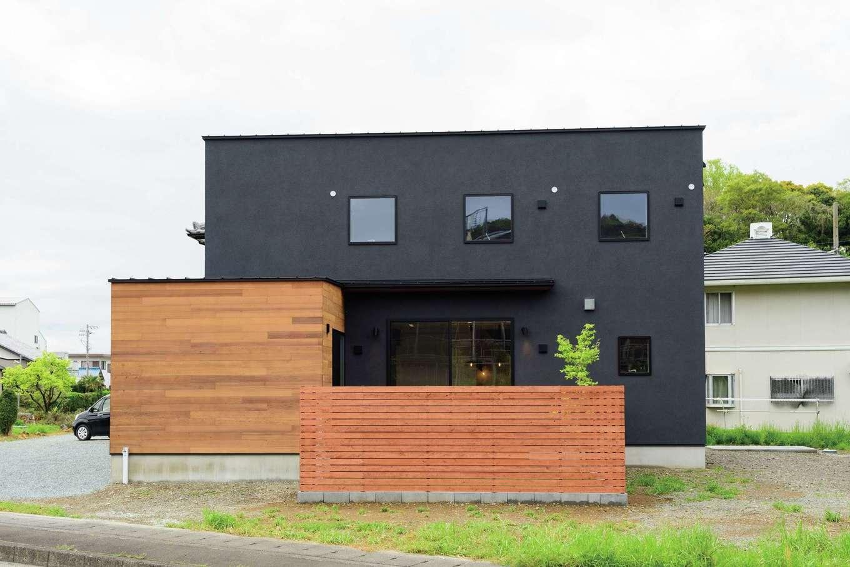 住家 ~JYU-KA~【デザイン住宅、子育て、間取り】黒の塗り壁に木が映えるキューブスタイル。クールな外観のアクセントになるのは、庭に植えたシンボルツリーのモミジ。色づく秋が待ち遠しい