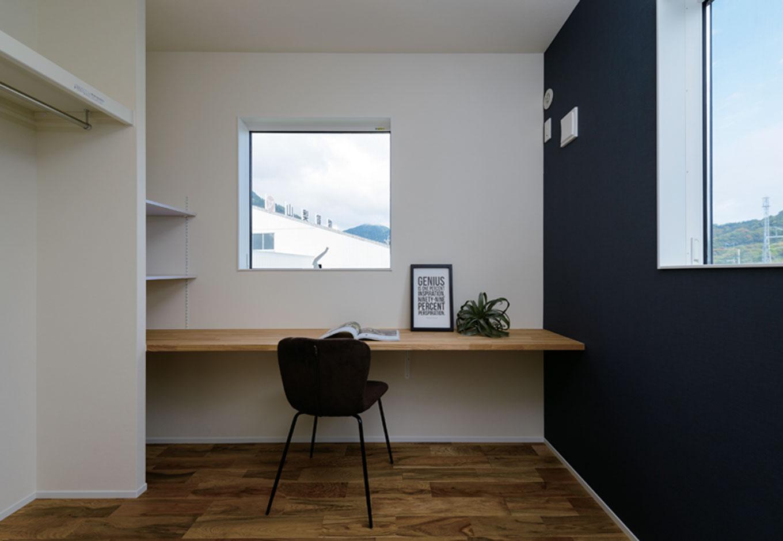住家 ~JYU-KA~【デザイン住宅、子育て、間取り】男子二人が成長した時のことも想定した、甘すぎない子ども部屋。整理整頓の習慣を身につけてほしいと、ワードローブはオープンスタイル