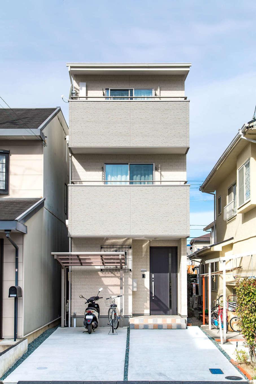 建築システム(狭小住宅専門店)【1000万円台、子育て、インテリア】S邸が建つ土地は、いわゆるうなぎの寝床。2台の車が置ける敷地を確保するために3階建てに。外壁は落ち着いた色調にまとめた