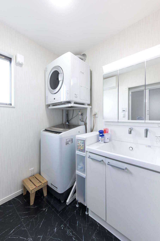建築システム(狭小住宅専門店)【1000万円台、子育て、インテリア】洗面脱衣所もゆったりと。広めの洗面台に、雨の日や花粉の季節に活躍する乾燥機を置くスペースも用意