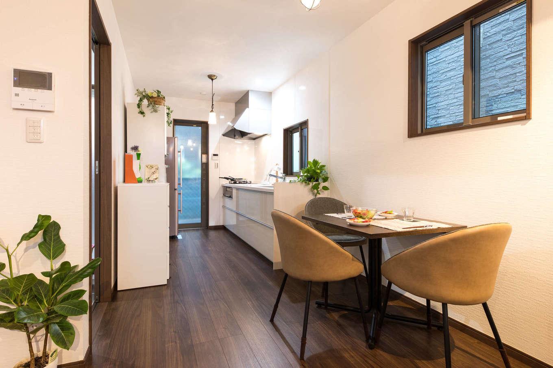 建築システム(狭小住宅専門店)【1000万円台、狭小住宅、インテリア】キッチンはコンパクトなスペースを有効に使えるよう壁付けに。明かり取りにもなる勝手口のドアは、敷地ギリギリに建っているのでスペースを取らない引き戸を採用