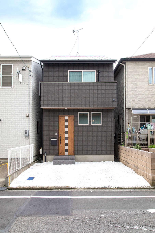建築システム(狭小住宅専門店)【1000万円台、狭小住宅、インテリア】外観は黒を基調に玄関ドアや軒天井に木調を用いてナチュラルさをプラス。隣家との隙間はわずか40cmほど。これが『建築システム』が誇る隙間職人の実力