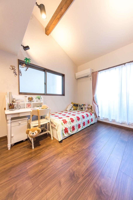 建築システム(狭小住宅専門店)【1000万円台、狭小住宅、インテリア】明るく開放的な子ども部屋。勾配天井でゆったりと過ごせる空間に。床材とトーンを揃えた見せ梁がアクセントになっている
