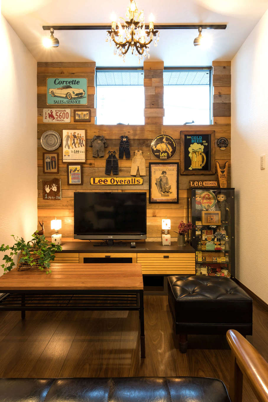 建築システム(狭小住宅専門店)【1000万円台、狭小住宅、インテリア】古材を張ったリビングの壁面。ご主人の大好きなアメリカンアンティークのコレクションをディスプレイ。シャンデリアも空間にマッチしている