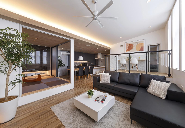 納得住宅工房【浜松市中区新津町615-1・モデルハウス】プライバシーと開放感を両立した2階LDK。リビング、和室、スタディコーナーの順に高く配置して、空間に高低差をつけたことによって目線をずらす。小上がりの和室は、すりガラスの引き戸で仕切り、ゲストの寝室にすることも可能。カーテンと照明はIoT