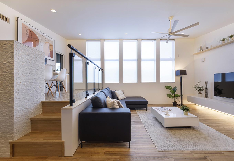 納得住宅工房【浜松市中区新津町615-1・モデルハウス】開放感あふれる勾配天井の2階リビング。一番高い3m20cmの天井まで届く5連の窓から、やわらかな光が差し込む。ソファ、AVボード、コーヒーテーブルは同社のオリジナルで標準仕様