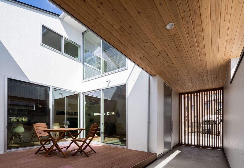 ソラマド浜松【浜松市北区初生町914-6・モデルハウス】オープンエアの風が気持ち良い中庭。土間やリビングだけでなく、ダイニングからもアクセスできて、BBQやプールなど使い方は無限大に広がる。夜は寝転んで満天の星空を眺めよう