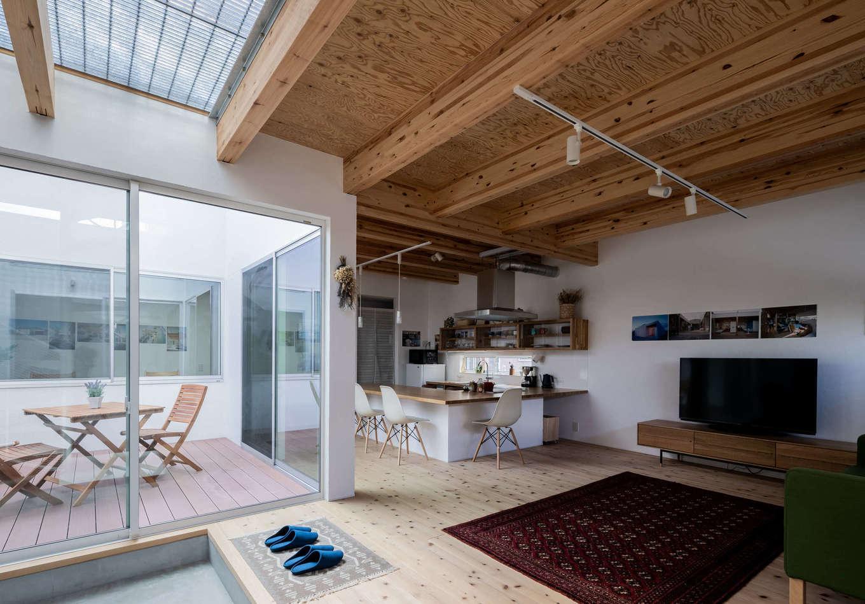 ソラマド浜松【浜松市北区初生町914-6・モデルハウス】間仕切りのないオープン感覚の間取りが特徴。梁を現しにすることで調湿効果が持続し、家そのものも長持ちする。床は無垢の杉板、白い壁は漆喰