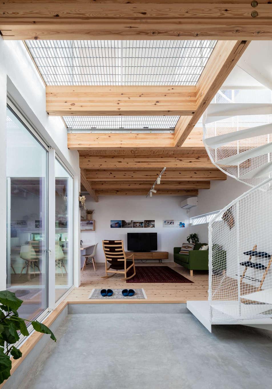ソラマド浜松【浜松市北区初生町914-6・モデルハウス】玄関の広い土間はさまざまな用途に使えそう。グレーチングの天井からも光が差し込み、明るい空間に