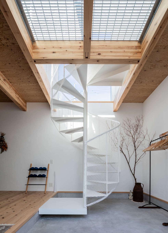 ソラマド浜松【浜松市北区初生町914-6・モデルハウス】土間玄関のらせん階段は、まるでオブジェのような美しさ。アイアンの白い階段がナチュラルな空間にベストマッチ