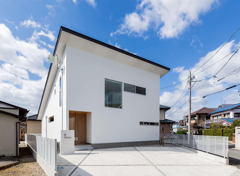 ソラマド浜松【浜松市北区初生町914-6・モデルハウス】10kW超の大容量ソーラーを搭載した片流れの外観。外からは中庭のある開放的な室内の雰囲気がまったく想像できないので、そのギャップがおもしろい