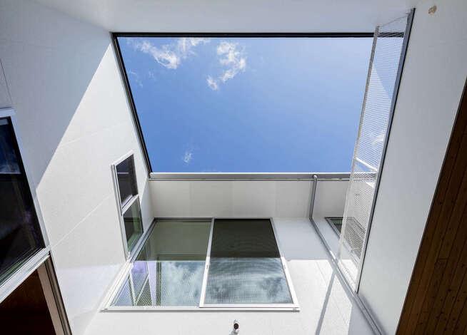空に向かって開いた大きな窓がある、開放感いっぱいの暮らし