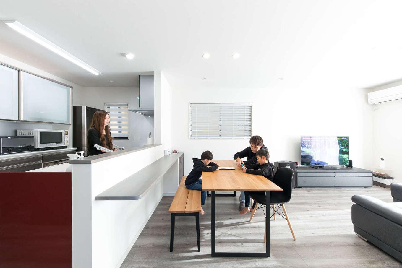建築システム(狭小住宅専門店)【1000万円台、収納力、間取り】対面キッチンの壁面には、雑貨を飾ったりちょっとした作業に便利なカウンターを。壁側の下部には扉付きの造作収納スペースも用意
