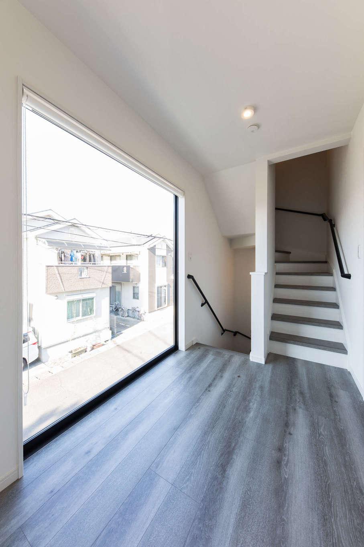 建築システム(狭小住宅専門店)【1000万円台、収納力、間取り】大きな窓で開放感が抜群な階段室は、広く取ってフリースペースに。家族のセカンドリビングとして、また子どもたちの友だちが家に来た時の遊び場にもなる