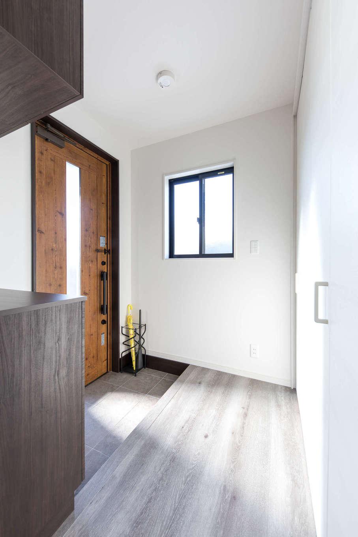 建築システム(狭小住宅専門店)【1000万円台、収納力、間取り】玄関ホールもシャビーシックに。ホールの壁は、床下収納も備えた大容量の収納に。たっぷりの可動棚で玄関周りとリビング収納を兼ねることができる