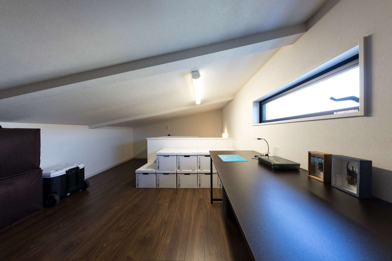 建築システム(狭小住宅専門店)【1000万円台、収納力、間取り】屋根の勾配部分を活用した小屋裏はご主人の趣味部屋に。スリット窓を取り付けて採光と換気対策も万全