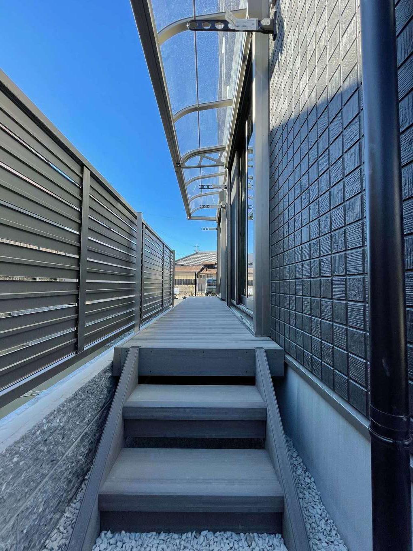 建築システム(狭小住宅専門店)【収納力、二世帯住宅、ガレージ】1階の親世帯にはリビングからもそのまま出入りできるデッキを設けた。物干しスペースにもなるため、屋根を付けて小雨対策も万全に