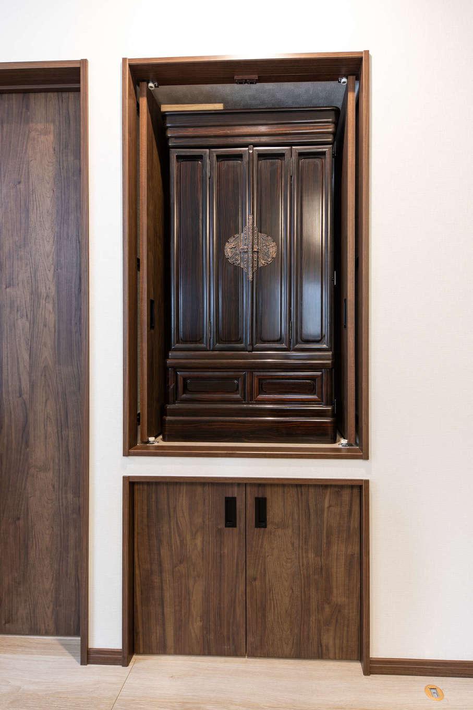 建築システム(狭小住宅専門店)【収納力、二世帯住宅、ガレージ】仏間は観音開きの扉を付けて、来客時には隠せるようにひと工夫。開いた扉はそのまま奥にスライドして収納できるので、開放時も空間の邪魔にならない