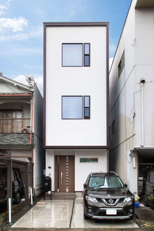 建築システム(狭小住宅専門店)【収納力、狭小住宅、鉄骨鉄筋コンクリート構造】モダンな雰囲気のデザインの窓と白い壁、ダークブラウンのトリミングがおしゃれな外観。間口はわずか3.6m、奥に延びる敷地は典型的な「うなぎの寝床」だ