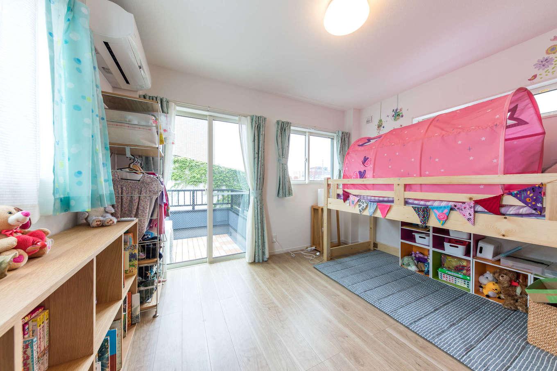 建築システム(狭小住宅専門店)【収納力、狭小住宅、鉄骨鉄筋コンクリート構造】6.8畳が2間続く子ども部屋。女の子ふたりなので、仕切り戸ではなく収納用の棚で空間を仕切って使う予定