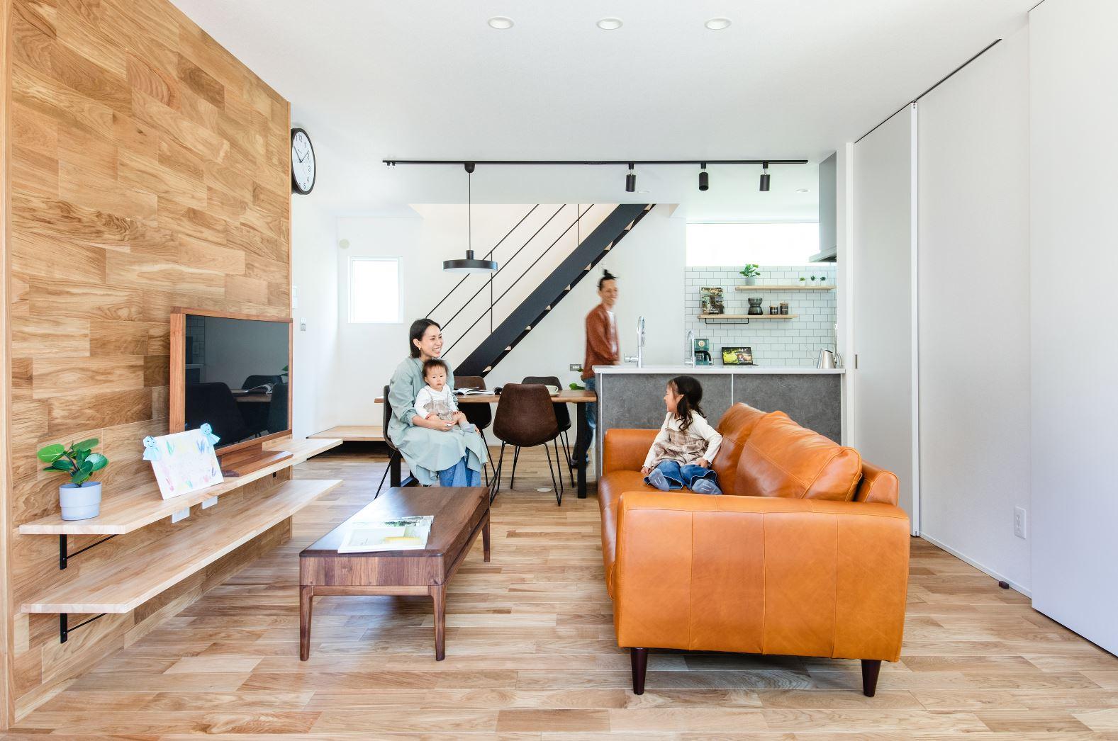 S.CONNECT(エスコネクト)【デザイン住宅、収納力、間取り】ブラックのアイアン階段が目を引く広々としたリビングダイニング。テレビ台の木張りが温かみを演出