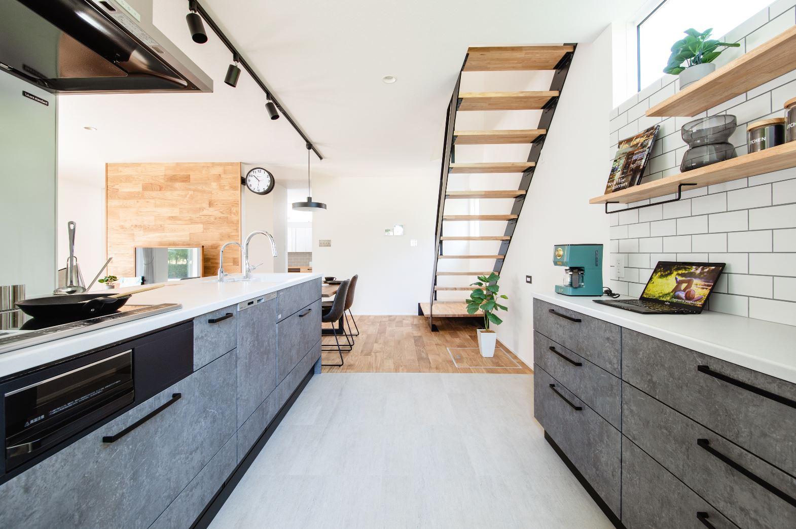 S.CONNECT(エスコネクト)【デザイン住宅、収納力、間取り】キッチンとカップボードの間はフロアタイルを採用し、水や油汚れもさっと拭き取れ手入れもラクラク