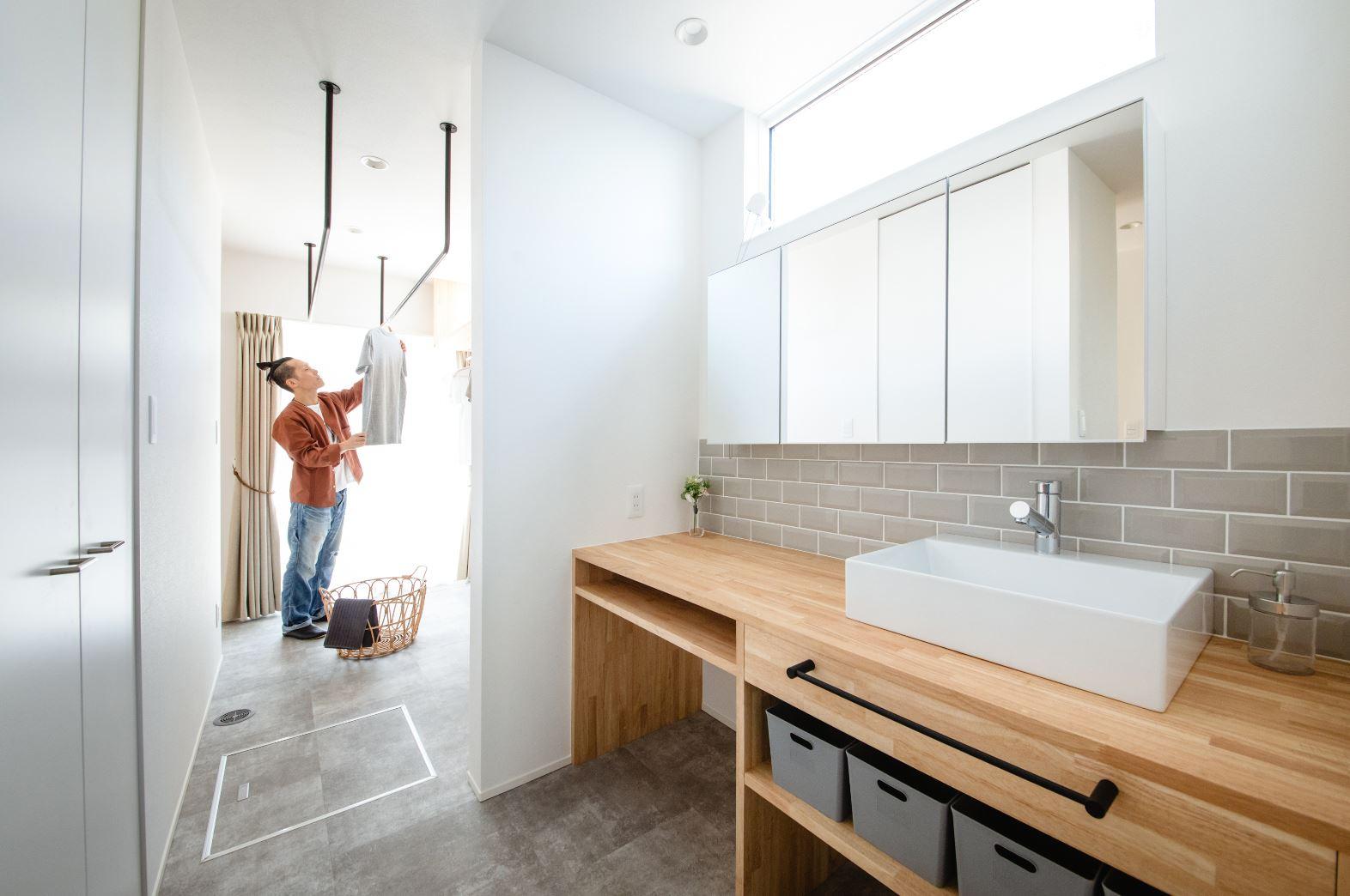 S.CONNECT(エスコネクト)【デザイン住宅、収納力、間取り】家の北面に配置されることが多いランドリースペースを、贅沢にも南面に配置。長い時間を過ごす場所なので、日々の家事作業が明るい場所で楽しくできる