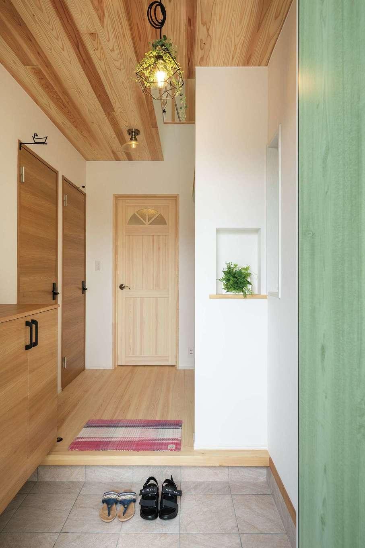 片川工務店【自然素材、狭小住宅、間取り】玄関ホールはお気に入りの照明をアクセントに