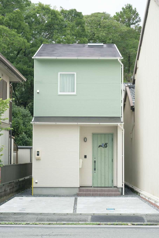 片川工務店【自然素材、狭小住宅、間取り】外観はペールグリーンとオフホワイトのツートンカラーに。ドアの色もコーディネート。前面には2台分の駐車スペースも確保