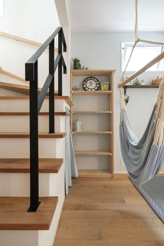 片川工務店【自然素材、狭小住宅、間取り】よく見ると、階段の踏み板にはさまざまな無垢材が使われている。これも、コストを抑える片川社長の配慮
