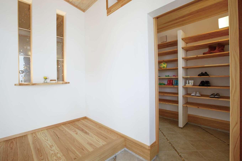 アンシンハウズ【刈谷市日高町4-511・モデルハウス】玄関はゲスト用とファミリー用に分かれている。一歩入ると爽やかな木の香りに包まれて爽やかな気分に