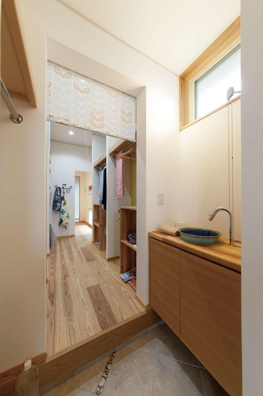 アンシンハウズ【刈谷市日高町4-511・モデルハウス】土間でつながったシューズクロークの奥に洗面スペースがあり、帰宅後すぐ手を洗う習慣が自然と身に付く