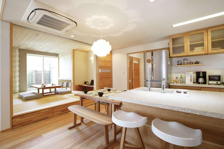 アンシンハウズ【刈谷市日高町4-511・モデルハウス】1階は、LDKと小上がりの畳コーナーがひと続きになった間取り。一部を板張りにするなど、天井にアクセントをつけ、空間が単調にならないようデザインされている