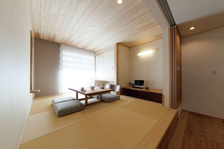 アンシンハウズ【刈谷市日高町4-511・モデルハウス】キッチンの横にある小上がりの畳コーナーには、パソコンを使って仕事ができるパパ用のワークスペースも備えている