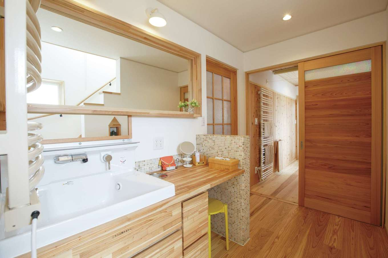 アンシンハウズ【刈谷市日高町4-511・モデルハウス】キッチンの裏側に水回りを集約。洗面台は造作で、鏡は大人と子どもそれぞれの背丈に合わせたものをオシャレに組み合わせてあり、家族みんなが使いやすい