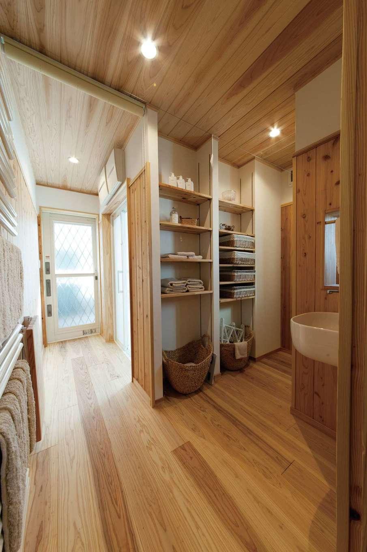 アンシンハウズ【刈谷市日高町4-511・モデルハウス】バスルームとつながるタオルや下着の収納コーナー。床だけでなく、天井まで板張りになっているため、調湿効果が高い