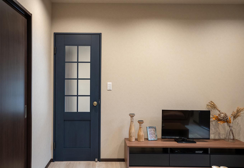 渡辺建設(ワタケンホーム)【裾野市茶畑498-29・モデルハウス】ヒカリの具合によって表情を変えるネイビーカラーのリビングドアは空間を広く見せてくれる