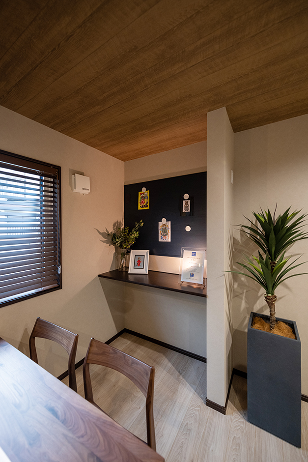 渡辺建設(ワタケンホーム)【裾野市茶畑498-29・モデルハウス】家族と一緒に過ごしながら、趣味や仕事にも没頭できる便利なワークスペース。壁面にはおしゃれに飾れるマグネットボードを設置