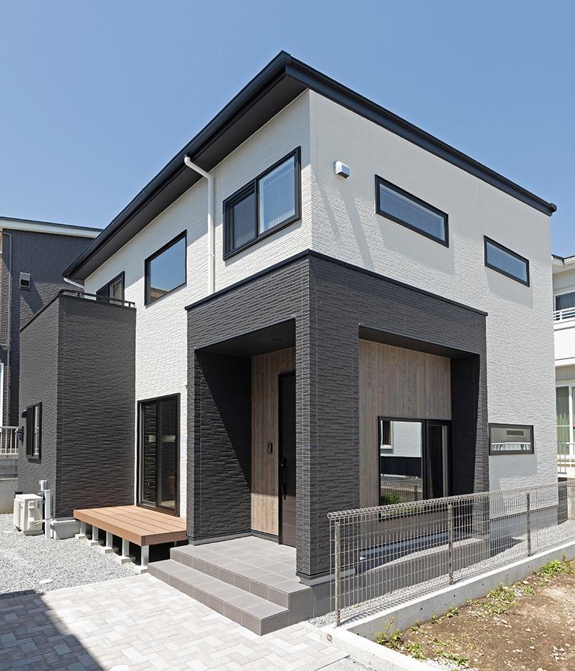 渡辺建設(ワタケンホーム)【裾野市茶畑498-29・モデルハウス】重厚なカラーと爽やかなホワイトの組み合わせに木目の素材感がモダンな印象のたたずまい