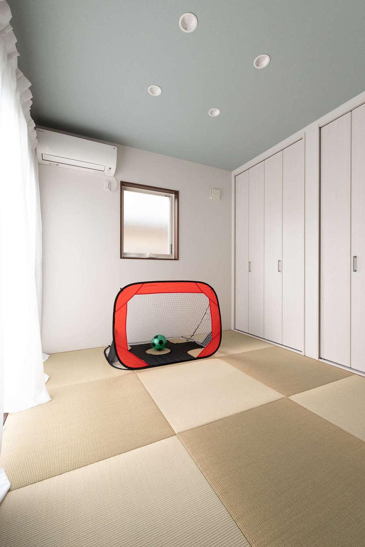 ホームプラザ大東【デザイン住宅、子育て、収納力】キッチン横に設けられた和室は、LDKとのつながりを考慮し、シンプルかつ爽やかにまとめられた。来客時の客間としてはもちろん、お子さまのお昼寝や遊びの場、3人目の子ども部屋、将来の夫婦の寝室など、家族構成の変化や成長を受け止めるスペースとして機能する