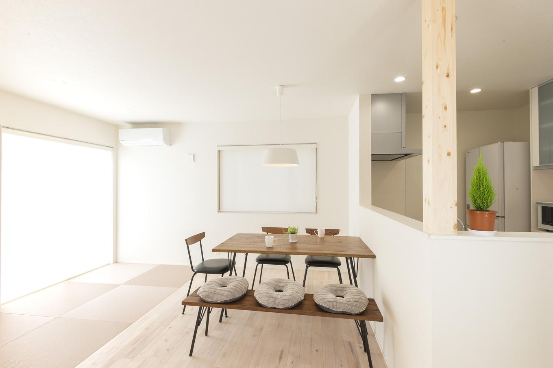 あめみや工務店【デザイン住宅、省エネ、インテリア】ダイニングとなりの畳コーナーは、子ども用スペースとしても