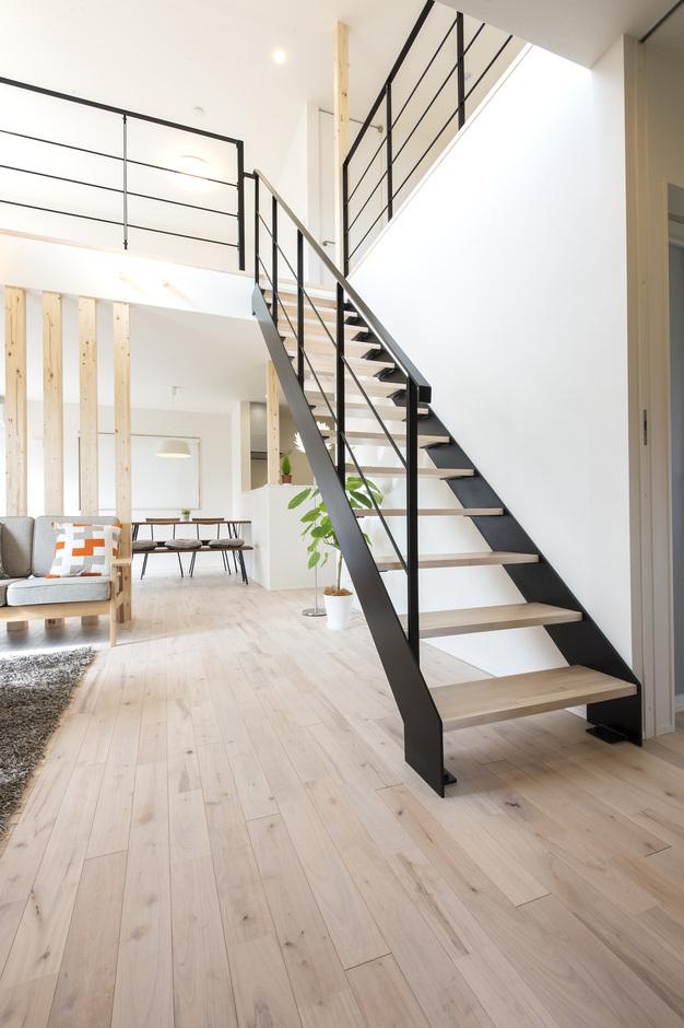 あめみや工務店【デザイン住宅、省エネ、インテリア】吹抜けに位置する鉄骨階段で、高いデザイン性をアピール