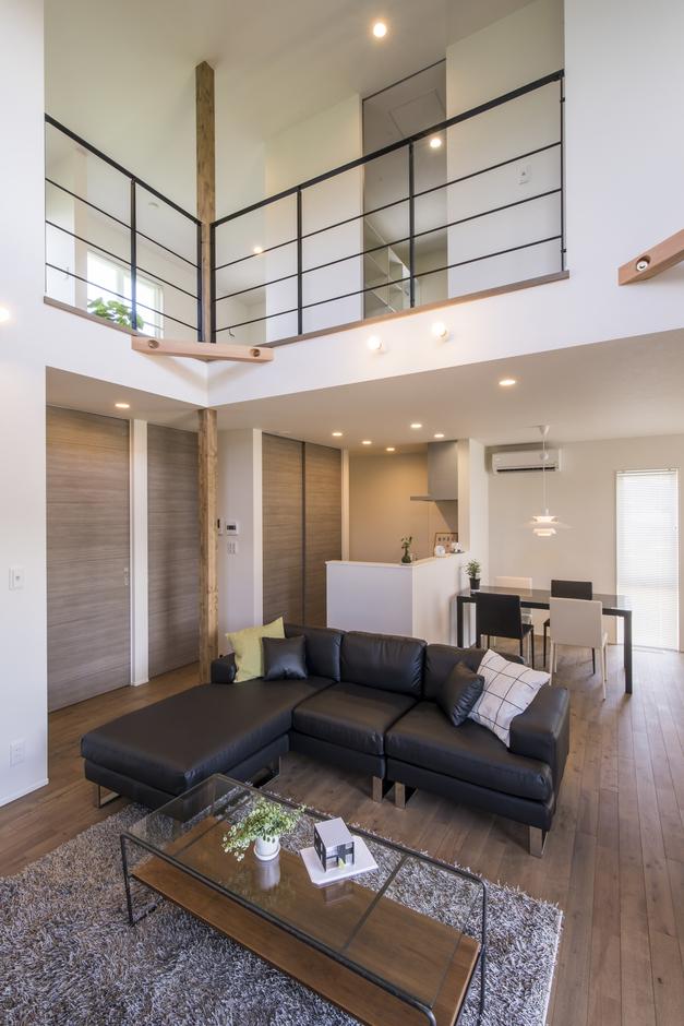 あめみや工務店【デザイン住宅、省エネ、インテリア】2階の手すりをアイアンにし、視線の抜けをつくることで空間に広がりを持たせている